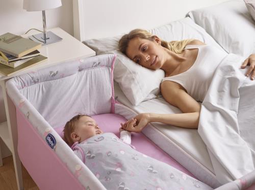 Maman avec son bébé dans un berceau cododo Chicco