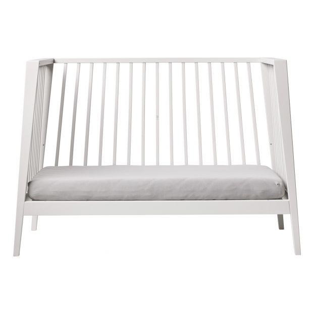 Tout un côté du lit a été ôté pour permettre à votre petit de descendre seul de son lit